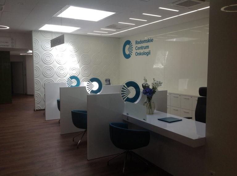 Vipservice: wyposażenie Radomskiego Centrum Onkologii - przestrzenie biurowe, recepcja, okładziny ścienne, meble pod wymiar, fotele i krzesła