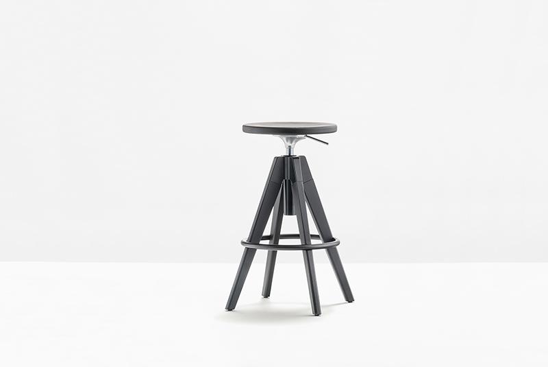 Arki-Stool to obrotowy stołek barowy z litym dębowym siedziskiem i nogami. Producent: Pedrali, Dystrybutor: Vipservice