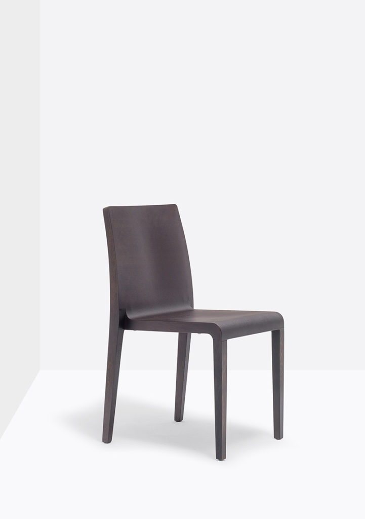 Krzesła Young Producent: Pedrali; Dystrybutor: Vipservice Krzesło posiada profilowane siedzisko ze sklejki i solidną dębową ramą.